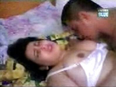 Curvy Arab Chick Sucking Cock In A Car