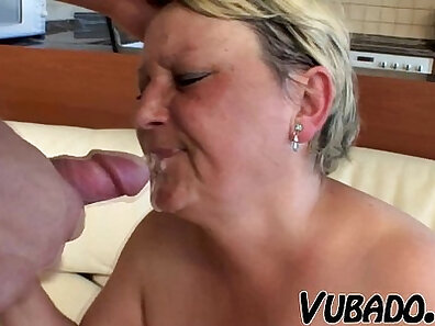 Comely young mom with juicy hair fucks in pool