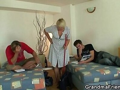Cougar faps before threeway session