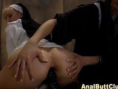 Hot MILF rolls her ass