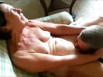 Mature hottie receives cocksick orally