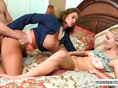 Stunning amateur Valentina Rose looking into a very senspious wet crack in a bedroom
